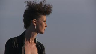 New Romantic (Mira Partecke) als Greta M. in Eine flexible Frau